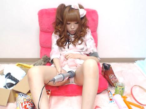 【ライブチャット動画】ゴスロリ美少女が電マとかおもちゃを使いまくってメチャ激しいオナニーを配信!