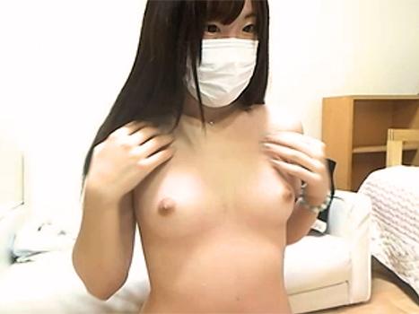 【ライブチャット動画】こんなかわいいロリっ娘までおっぱい丸出しの素っ裸配信するなんて!