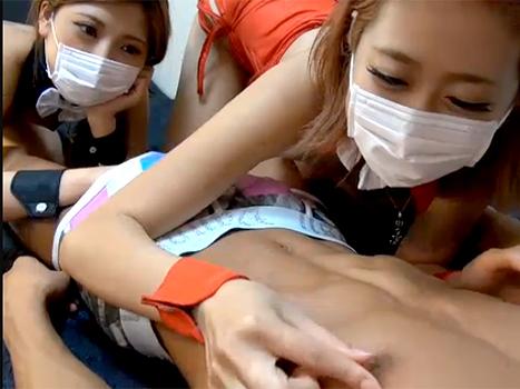 【ライブチャット動画】羨ましすぎる!バニーコスの貧乳ギャル2人が男にご奉仕プレイ