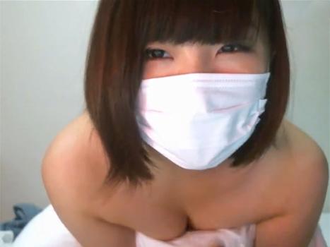 【ライブチャット動画】本田翼似の激カワ素人が枕だけで体を隠すも美乳がポロリ