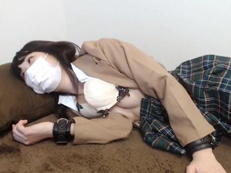 【ライブチャット動画】ロリ顔な制服JKコスの素人が彼氏に剛毛なおまんこに電マを当てられて悶絶