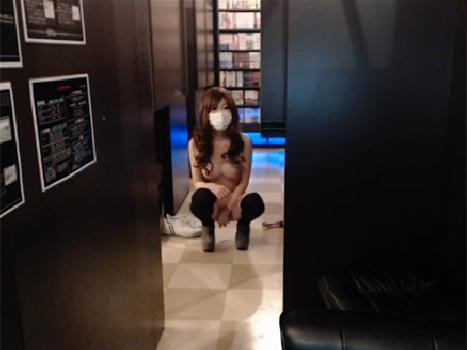【ライブチャット動画】スレンダー巨乳な素人娘がネカフェで大胆すぎる露出プレイ配信!もう絶対バレてる!