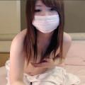 【ライブチャット】ロリ顔の巨乳素人が手ブラで頑なに隠していた乳首をポロリ