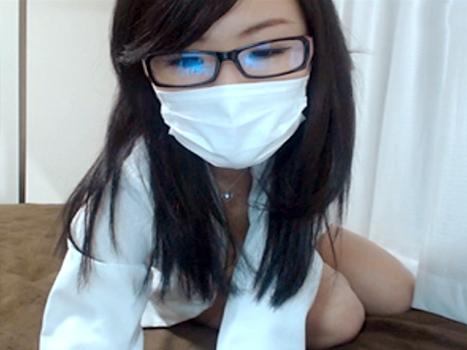 【ライブチャット動画】ワイシャツに眼鏡で仕事のできそうなキャリアウーマン風の素人美女が乳首もおまんこもポロリ