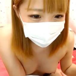 【ライブチャット動画】金髪のギャル系な素人がロリ体型の敏感そうなカワイイ貧乳を丸出し