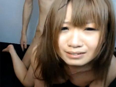 【ライブチャット動画】エクボのカワイイギャル系ロリ顔美少女が泣きそうな顔しながらバックでハメられまくり