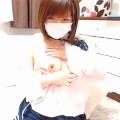 【ライブチャット動画】制服JKコスのロリ顔ショートカット美少女が制服をはだけさせて巨乳を丸出し!
