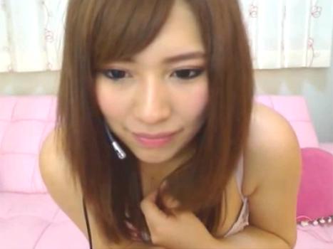 【ライブチャット動画】こんな美人な素人娘がM字開脚でおまんこ全開オナニーするなんて信じられます?