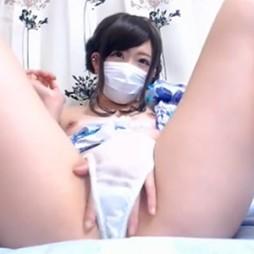【ライブチャット動画】童顔の色白素人が浴衣をはだけさせて美乳丸出しオナニー