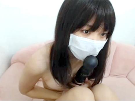 【ライブチャット動画】童顔の素人が顔に似合わない立派な巨乳に電マ挟んでアナル見せエロ配信