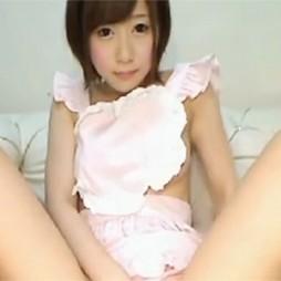 【ライブチャット動画】童顔のショートカットな素人が裸エプロンで一生懸命オナニーに励みます!