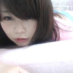 (アダルトらいぶちゃっと)アヒル口の愛おしいロリ顔の美巨乳なシロウトがベッドの上でおまんちょくちゅくちゅおなにー