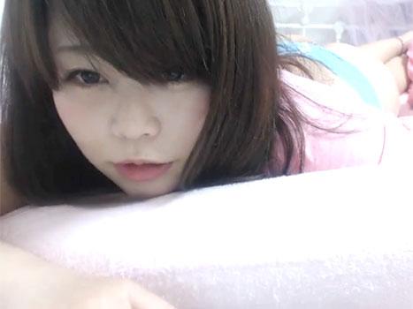 【アダルトライブチャット】アヒル口のかわいい童顔の巨乳な素人がベッドの上でおまんこくちゅくちゅオナニー