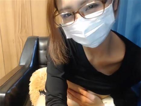 ライブチャットで知的なイメージの眼鏡な素人が爆乳丸出し乳モミオナニー