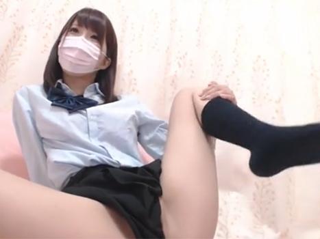 [個人撮影流出]制服コスでライブチャットオナニー始める激カワ美少女