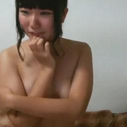 [個人撮影]ベビーフェイスな黒髪娘がぷりんぷりんした張りのあるオッパイをライブチャットで晒す
