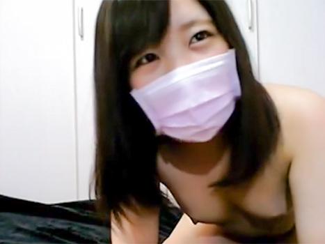 [ライブチャット流出]まだあどけなさ残る表情の娘がカメラの前で未熟な体を披露