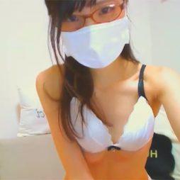 [ライブチャット流出]メガネのカワイイ清楚系女子がめっちゃ照れながらも乳首ポロリしてくれる
