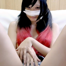【ライブチャット】髪の色が特徴的なエロ美女が可愛い声を出しながらアソコに指をズボズボ挿れてオナニー