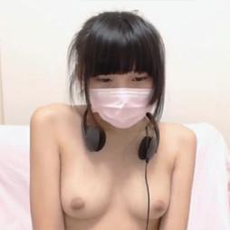 【ライブチャット動画】アイドル顔並みのスレンダーロリ系素人が美乳丸出しで淫語エロ配信