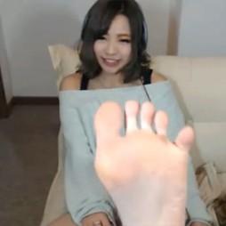 【ライブチャット動画】可愛い顔したギャル系素人のエロい足裏で特技の足コキされたい!