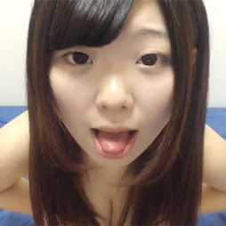 ライブチャット動画 あどけない表情の色白巨乳素人が乳首ポロリさせながらヌケるエロ配信