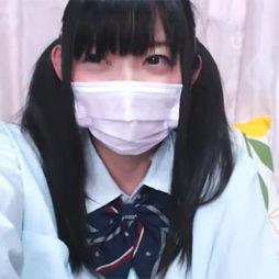 [ライブチャット]制服を着た美少女が素肌を晒してエロ配信